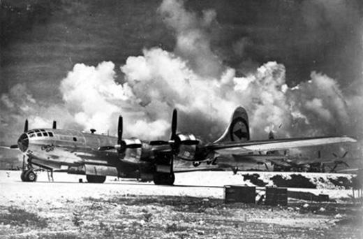 Chiếc B-29 có biệt danh Enola Gay đang đậu trên sân bay ở đảo Tinian.