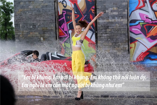 """Ngay từ đầu, Lilly Nguyễn đã khẳng định cô bị khùng và cần tìm một người """"khùng"""" tương tự để có thể hướng dẫn cô trong suốt cuộc thi. Kết quả, Lilly Nguyễn chọn về đội Hồ Ngọc Hà."""