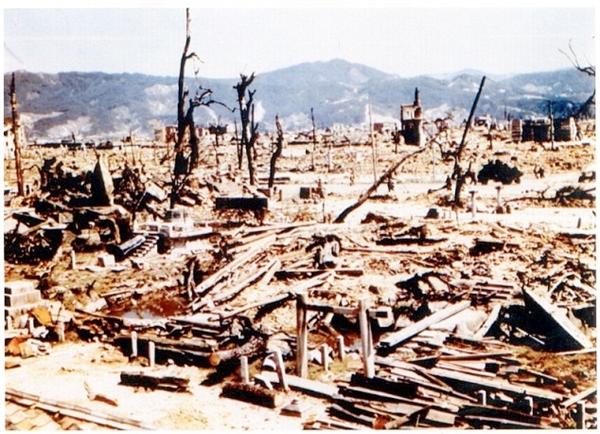 Các tòa nhà, xe cộ tan chảy trong phút chốc vàHiroshima trở thành vùng đất chết.