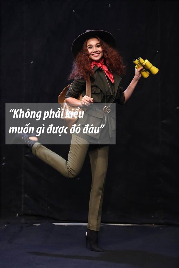 Đáp trả hành động, phát ngôn của Thanh Thanh, host Thanh Hằng cảnh cáo cô nếu không có thái độ tốt sẽ phải ra về.