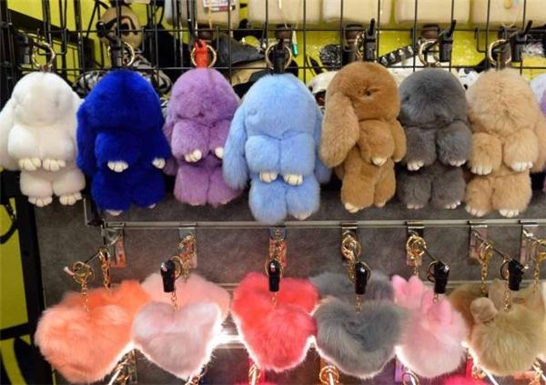 Một số loại sản phẩm móc khóa, túi cầm tay lông thỏtại các cửa hàng bán lẻ ở Singapore làm từ lông thỏ thật.