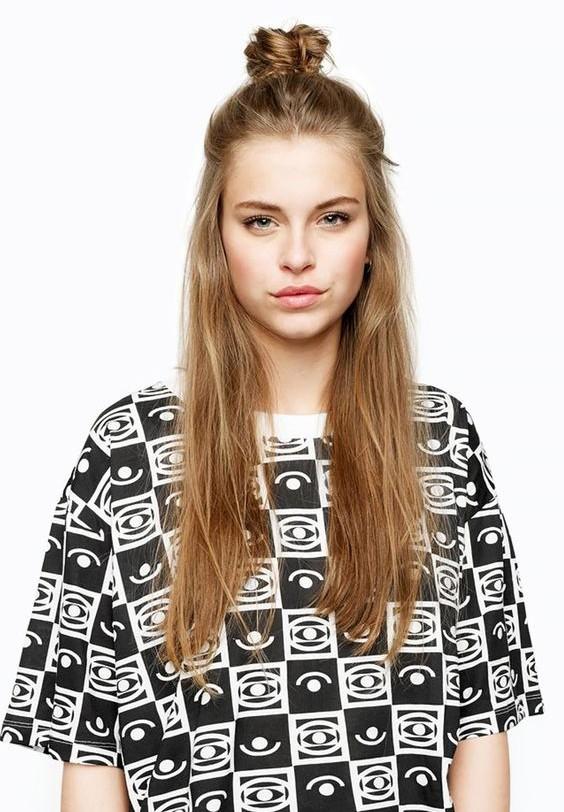 Với tóc xoăn búi củ tỏi của bạn sẽ xinh hơn rất nhiều.
