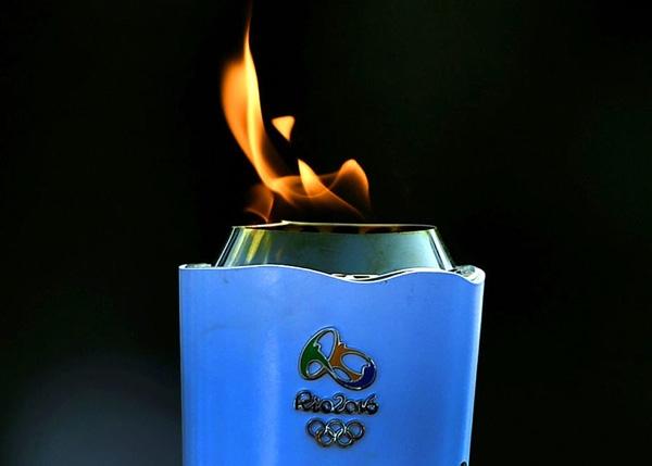 Ngọn đuốc Oplympic được diễu hành qua Rio de Janeiro trước thềm Olympic Rio 2016.