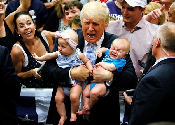 Ứng cử viên tổng thống đảng Cộng hòa Donald Trump đang bế hai đứa trẻtại một cuộc mít tinh ở Colorado Springs, Colorado.