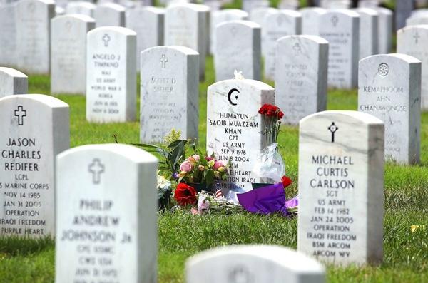 Ngôi mộ củaHumayun Khan, một người Mỹ-Hồi giáo (Muslim-American) được đặt vòng hoa tại nghĩa trang quốc gia Arlington ở Arlington, Virginia. Khan đã bị giết chết trong Chiến dịch Iraq tự do của Mỹ vào năm 2004. Mẹ và cha của KhanlàGhazala và Khizr Khan bịứng cử viên tổng thống đảng Cộng hòa Donald Trump chỉ trích nặng nềsau khi họ xuất hiện trên sân khấu tại đại hội toàn quốc của đảng Dân chủ tại Philadelphia trong tuần vừa qua.