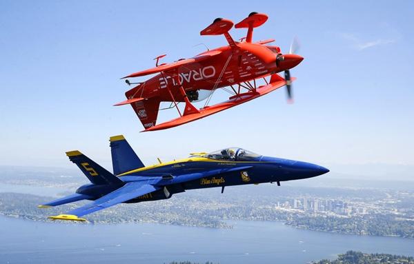 Phi công nhào lộnSean D. Tucker(ở trên) bay đảo ngược trong chiếc máy bay hai tầng cánh của mình trong khiRyan Chamberlain,phi công của đội Blue Angels, bay gần đóvới chiếcBoeing F / A-18 Hornet ở khu vựcSeattle, Washington.