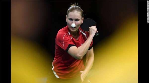 Belarus'AlexandraPrivalova đã có một chiếc mũi ấn tượng khi thực hiện cú đánh trả trong trận đấu bóng bàn đơn dành chonữ.