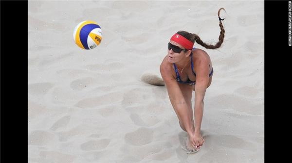 Brooke Sweat đang nỗ lực hết mình để giành chiến thắng trong vòng đấu loại.