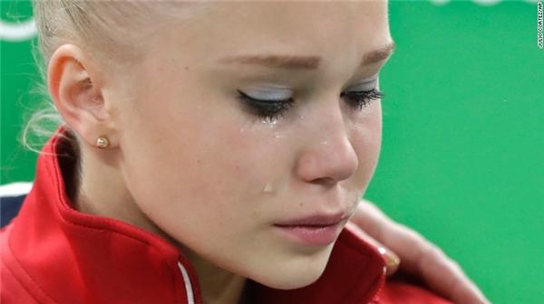 Nhà vô địch quốc gia Nga đang rơi lệ khi thất bại trong cuộc đua giành vé vào vòng chung kết.