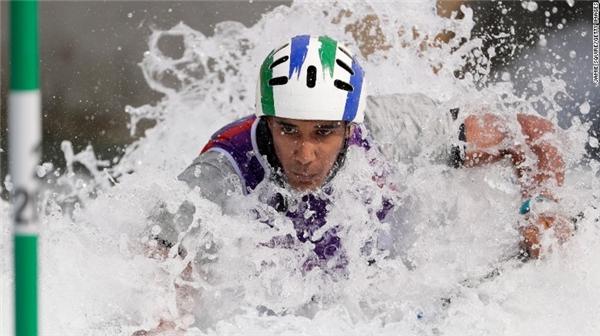 Soares Renan của Brazil đang dồn toàn bộ sức lực cho cuộc đua thuyền ở sân vận động Whitewater.