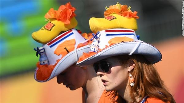 Những cổ động viên người Hà Lan đang quan sát trận đấu hockey nữ giữa 2 nước New Zealand và Hàn Quốc.