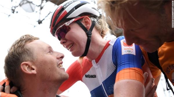 Anna van der Breggen đã bật khóc khi cô giành chiến thắng trong cuộc đua xe hơi.