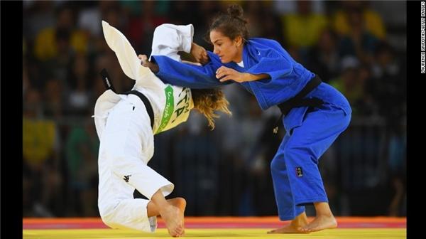 Đấu thủ trong bộ áo xanh-Kelmendi đã giành được tấmhuy chương Olympic đầu tiên cho Kosovo.