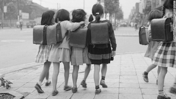 Đằng sau những chiếc cặp chống gù lưng giá khủng nổi tiếng của Nhật