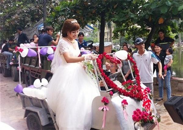 Cô dâu hạnh phúc trong đám cưới đặc biệt. Ảnh: VnExpress