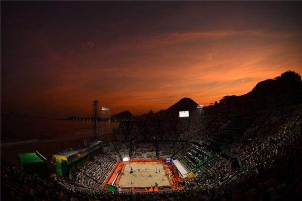Cuối cùng là khung cảnh bầu trờihoàng hôn thơ mộng tại một sân thi đấu bóng chuyền bãi biển của Olympic Rio 2016