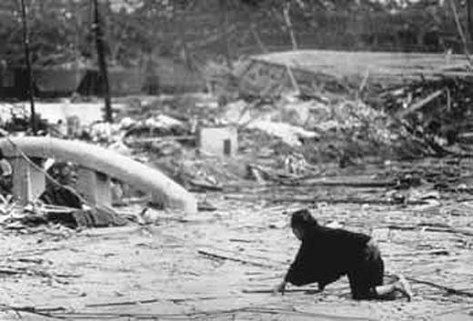 NgườiHoa Kỳ cụng bia ăn mừng ném thành công 2 quả bomtrong khi cả đất nước Nhật Bản điêu đứng, quằn quại trước cảnh hoang tàn, đổ nát.