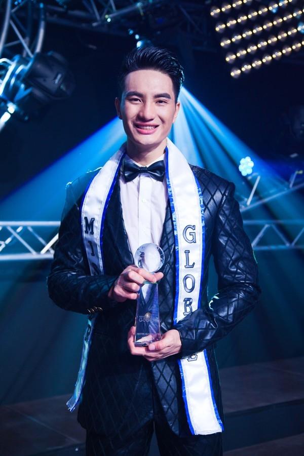 Nguyễn Văn Sơn lúc đăng quang Mister Global 2015.