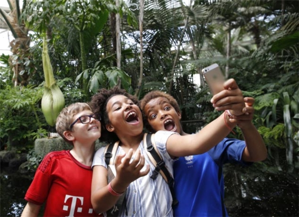 Di nhiên, đây là dịp vô cùng lí tưởng để các nhóc tì thực hiện selfie đểcheckin. Các cậu bạn này cũng không quên tạo dáng độc cho phù hợp với sự đặc biệt của Hoa xác chết.