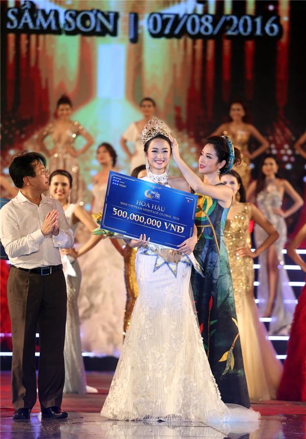 Thứ trưởng Bộ VH-TT&DL Vương Duy Biên là người công bố thí sinh đoạt Hoa hậu và HH Jennifer Phạm trao vương miện cho thí sinh Thu Ngân.