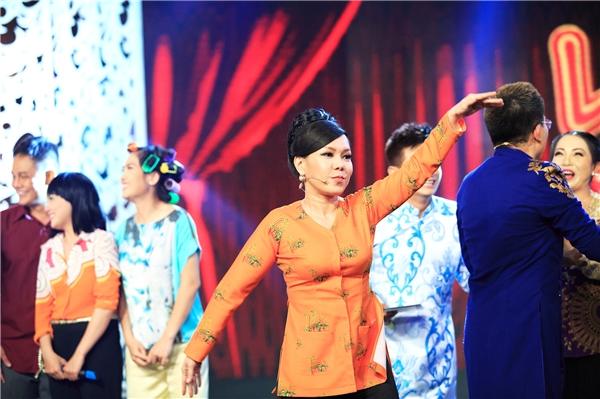 Không những thế, Việt Hương còn tiết lộ chị đã làm sẵn 20 hàm răng giả được chế tác đặc biệt theo gu ăn mặc của mình. Khi khoát lên mình bộ đồ nào thì nữ nghệ sĩ sẽ có hàm răng đồng màu tương thích đi kèm.