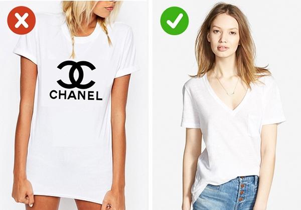 Với những bộ cánh hàng hiệu đắt đỏ, logo thường chỉ được đính một phần nhỏ bên trong. Chính vì thế, những chiếc áo được in logo to đùng sẽ tố cáo bạn đang dùng hàng fake. Thay vào đó, những chiếc áo phông trơn sẽ giúp bạn dễ dàng phối hợp với nhiều item khác nhau chỉ cần có sự dung hòa về màu sắc.