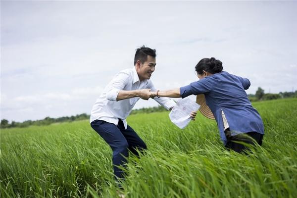 MV Đi Xa khắc hoạ hình ảnh người mẹ Việt Nam, lúc nào cũng hết lòng vì con. Bà không ngại nắng mưa, làm việc cực nhọc và chỉ mong muốn con mình nhận được phần tốt đẹp nhất của cuộc đời. Niềm hạnh phúc duy nhất của bà là được thấy con mình ăn học thành tài, có thể tự chăm lo cho bản thân mình.