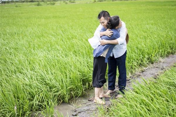 Một trong những cảnh đẹp nhất MV chính là các thửa ruộng xanh ngút ngàn. Cảnh sắc quê hương Việt Nam vừa quen thuộc nhưng cũng rất mộng mơ trong MV Đi Xa.