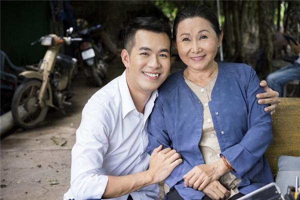 """Thông qua MV này, Hồ Trung Dũng muốn nhắn gửi một thông điệp: """"Chúng ta chỉ có mẹ một lần trong đời, đừng vì bất kì điều gì mà sống hờ hững với người đã yêu thương ta đến tận cuối đời""""."""