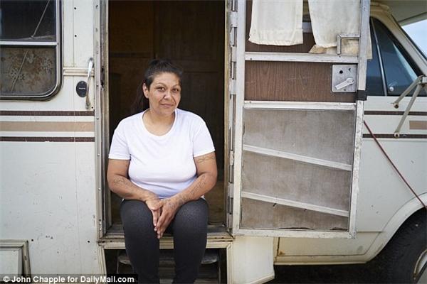 Mares ngồi bên ngoài căn nhà lưu động của mình, nơi cô chung sống trong bí mật với Peterson trước khi bị phát hiện.