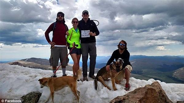 Nhóm bạn của anh Jonathan chụp ảnh trên đỉnh núi cùng chú chó Rambo.(Ảnh: Daily Mail)