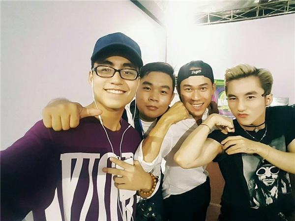 """Dù có anh trai là ca sĩ nổi tiếng và có mức thu nhập """"khủng"""" nhất nhì showbiz Việt hiện tại, thế nhưng Việt Hoàng không hề ỷ lại vào Sơn Tùng."""