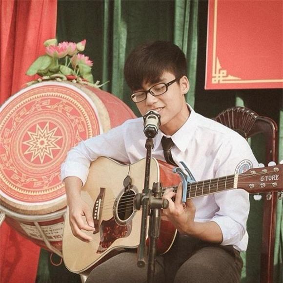 Bên cạnh đó, em trai Sơn Tùng cònbiết chơi mộtsố nhạc cụ, trong đó có guitar.
