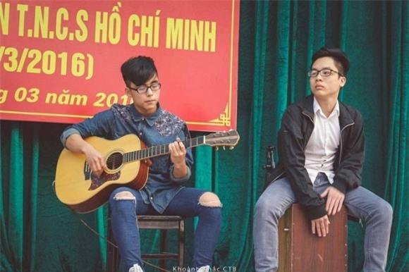 Không chỉ học giỏi, Việt Hoàng cũng có năng khiếu trong việc ca hát. Anh là một trong những cây văn nghệ có tiếng tại trường.