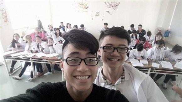 Nhiều bạn học thân thiếtcho biết Việt Hoàng không tỏ ra chảnh chọe hay kiêu ngạo vì là em của Sơn Tùng.Thay vào đó, cậu rất hòa đồng với mọi người.