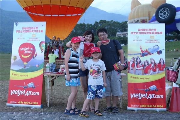 Vào tất cả các ngày diễn ra sự kiện, bắt đầu từ 3 giờ chiều, hành khách mang theothẻ lên tàucủa Vietjetđược trải nghiệm trên khinh khí cầu.