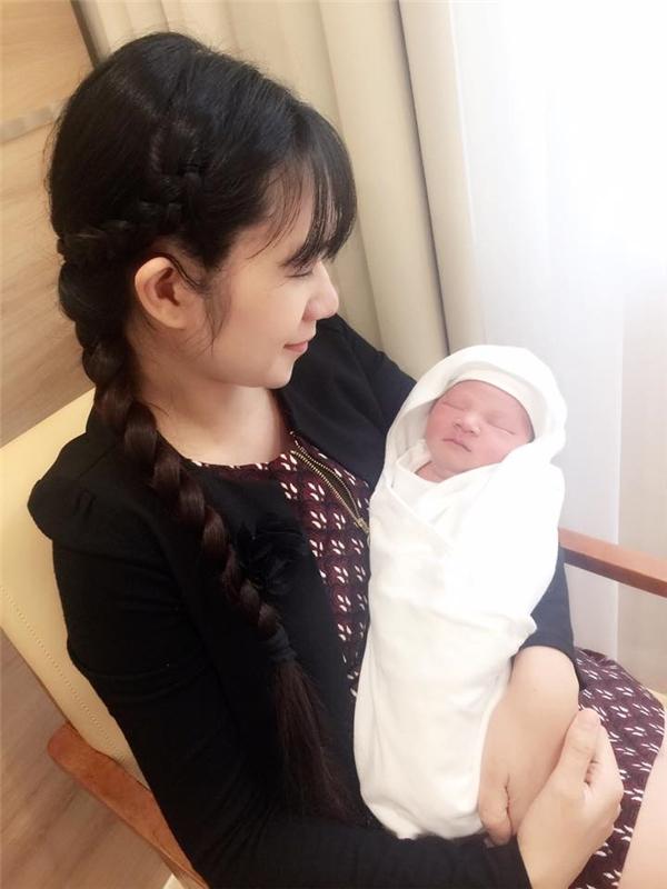Theo Minh Hà, nhờ nuôi con hoàn toàn bằng sữa mẹ mà cô nhanh chóng lấy lại vóc dáng sau sinh và các con cũng ít khi bị bệnh vặt. - Tin sao Viet - Tin tuc sao Viet - Scandal sao Viet - Tin tuc cua Sao - Tin cua Sao