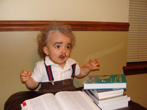 Einstein hồi 3 tuổi làm gì có nhiều râu vậy.