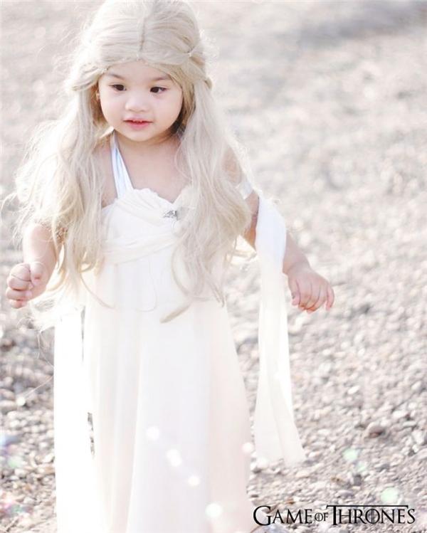 Đây hẳn làmẹ rồng Daenerys Targaryen xinh xắn, đáng yêu và thuần khiết nhất mọi phiên bản rồi.
