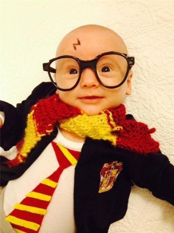 Sau khi trải qua lời nguyền giết chóc của chúa tế Voldemort thì mắt Harry này đổi hẳn sang màu đen và có thêm cái sẹo hình tia chớp luôn.
