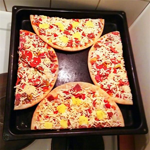 """Ngay cả nhà sản xuất lò nướngcũng chưa chắc biết cách nướng bánh pizza 2 cái một lúc """"xịn"""" như bạn đâu."""