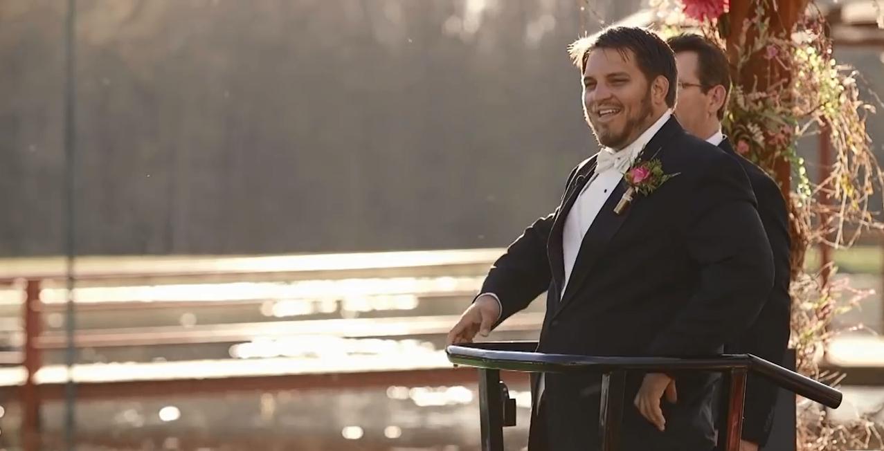 Kent hạnh phúc xen lẫn nước mắt khi đón lấy cô dâu.
