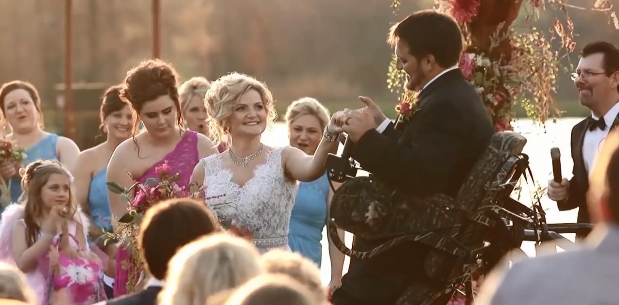Rơi nước mắt trước hình ảnh chú rể bị liệt chờ cô dâu trong ngày cưới