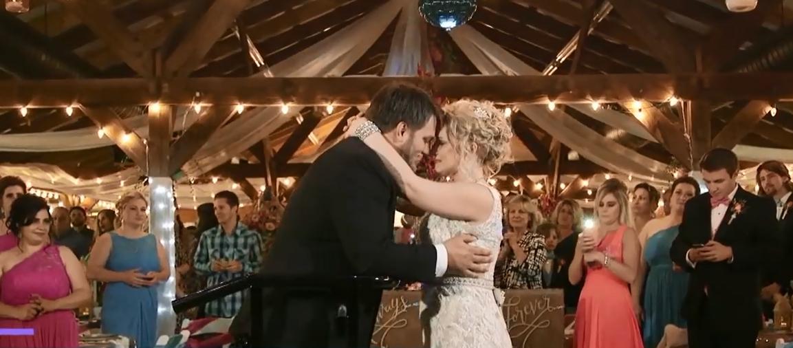 Họ khiêu vũ sau đắm và dành cho nhau những nụ hôn nồng nàn.