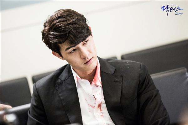 Nam diễn viên Lee Ki Woo xuất hiện cực ngầu trong vai đại ca xã hội đen lúc đầu phim.
