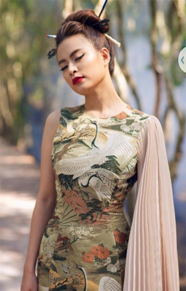Bộ váy sử dụng những tông màu cổ điển ngọt ngào kết hợp họa tiết cổ xưa mang đến vẻ ngoài thanh lịch, nữ tính cho Hoàng Thùy Linh.