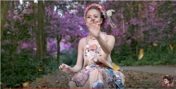Hai thiết kế nằm trong bộ sưu tập Viên mãn của nhà thiết kế Thủy Nguyễn được Hoàng Thùy Linh mang vào MV trong những khung cảnh thiên nhiên đẹp đến nao lòng. Cả hai trang phục đều mang hơi thở truyền thống từ họa tiết trang dân gian cho đến chiếc cổ yếm tròn điệu đà, gợi cảm nhưng chừng mực.