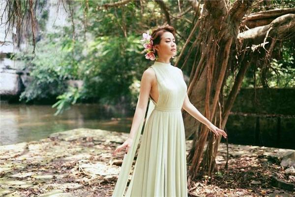 Nữ ca sĩ như nàng tiên trong chuyện cổ tích khi diện váy có tông màu nhẹ nhàng trên nền voan lụa mềm mại. Thiết kế tạo điểm nhấn bởi đường xẻ sâu đối xứng hai bên ngực váy.