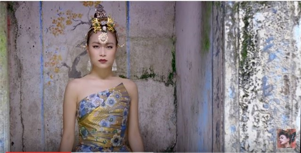 Xuất hiện ở đầu MV, Hoàng Thùy Linh lộng lẫy, ấn tượng với hai sắc màu xanh, vàng cùng loạt họa tiết bắt mắt.