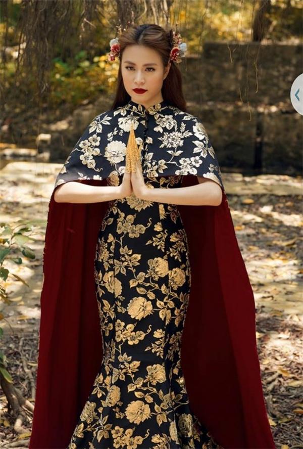 Bộ trang phục mang cảm hứng hoàng gia bởi chất liệu gấm cùng hai tông màu vàng, đen đặc trưng.